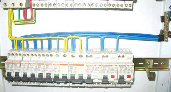 配电箱内部如何接线—附图详解2  ④箱体内总空开与各分空开之间配线
