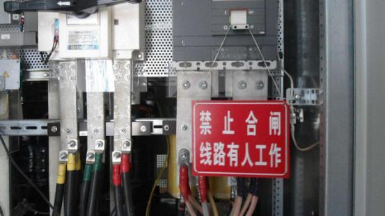 3.验电: 1)验电时,应按检修设备的电压等级选用相应的验电器。 2)验电前先检查验电器是否外观无损坏,并在带电设备上进行试验,确认验电器完好后方可使用。 3)验电时,不要用验电器(高压)直接触及设备的带电部分,而应逐渐靠近带电体,至灯亮或风轮转动或语音提示为止。应注意不要让验电器受邻近带电体影响。 4)应在开关柜设备进出线两侧逐相验电。在线路上检修联络用的开关或刀闸时,也应在两侧验电。 4.